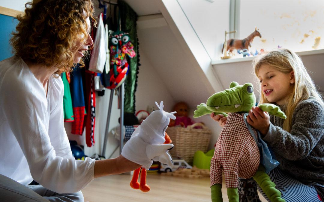 Leonie en kind laten handpoppen elkaar ontmoeten