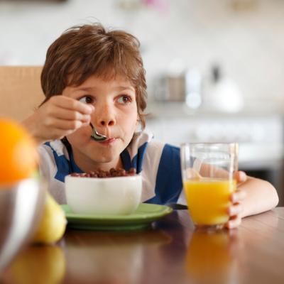 Kind dat ontbijt eet