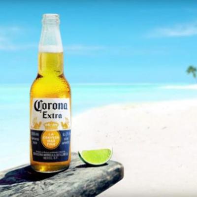 Bier met limoen op het strand