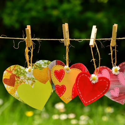 papieren hartjes aan waslijn