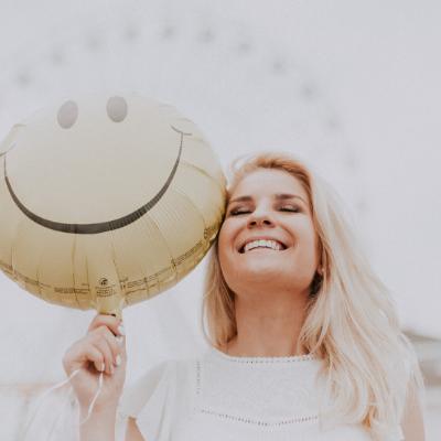 vrouw met blije emoji ballon