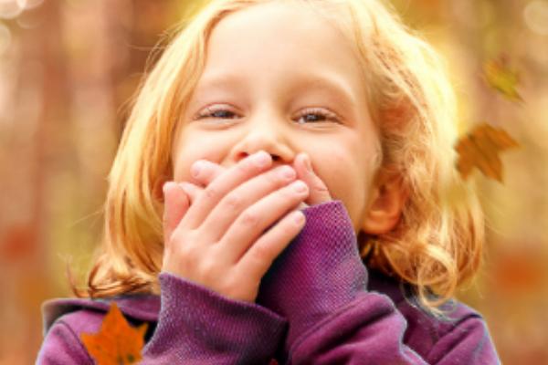 Kind met hand voor de mond