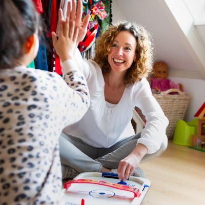 meisje en vrouw spelen spel en vieren iets met een high five