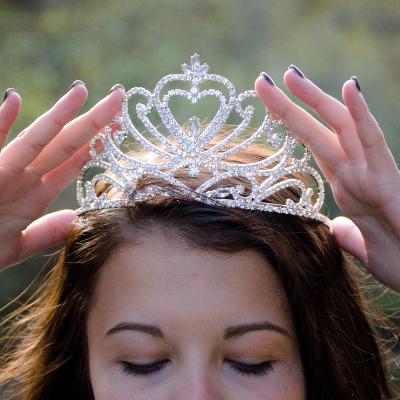 vrouw met kroon op haar hoofd